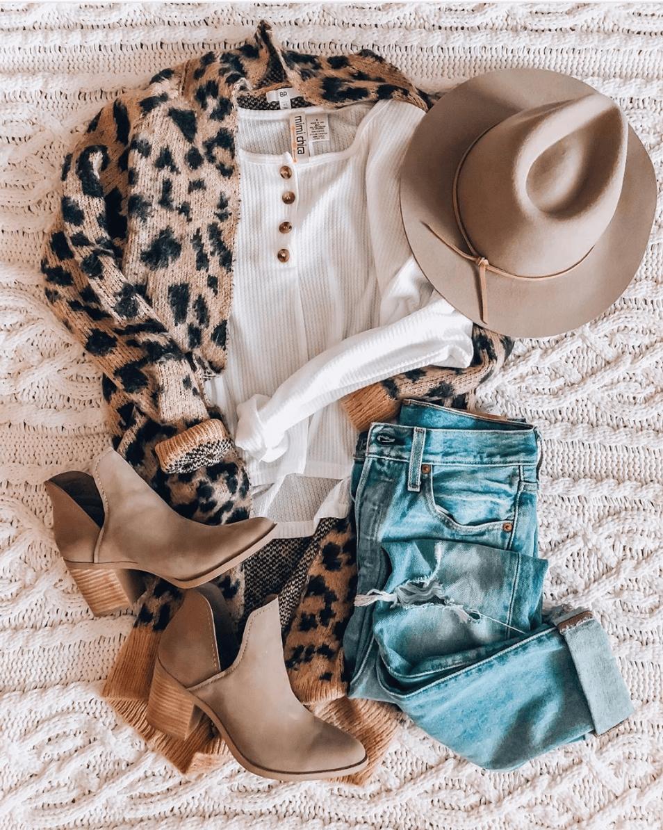 Animal print ζακέτα με λευκή μπλούζα, μπεζ καπέλο, jean παντελόνι και μπεζ μποτάκια