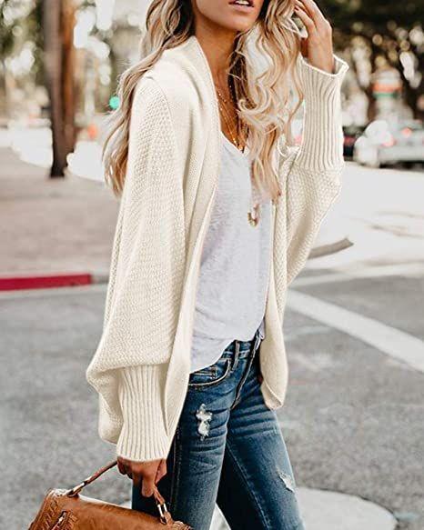Λευκή πλεχτή ζακέτα με λευκή μπλούζα και jean παντελόνι