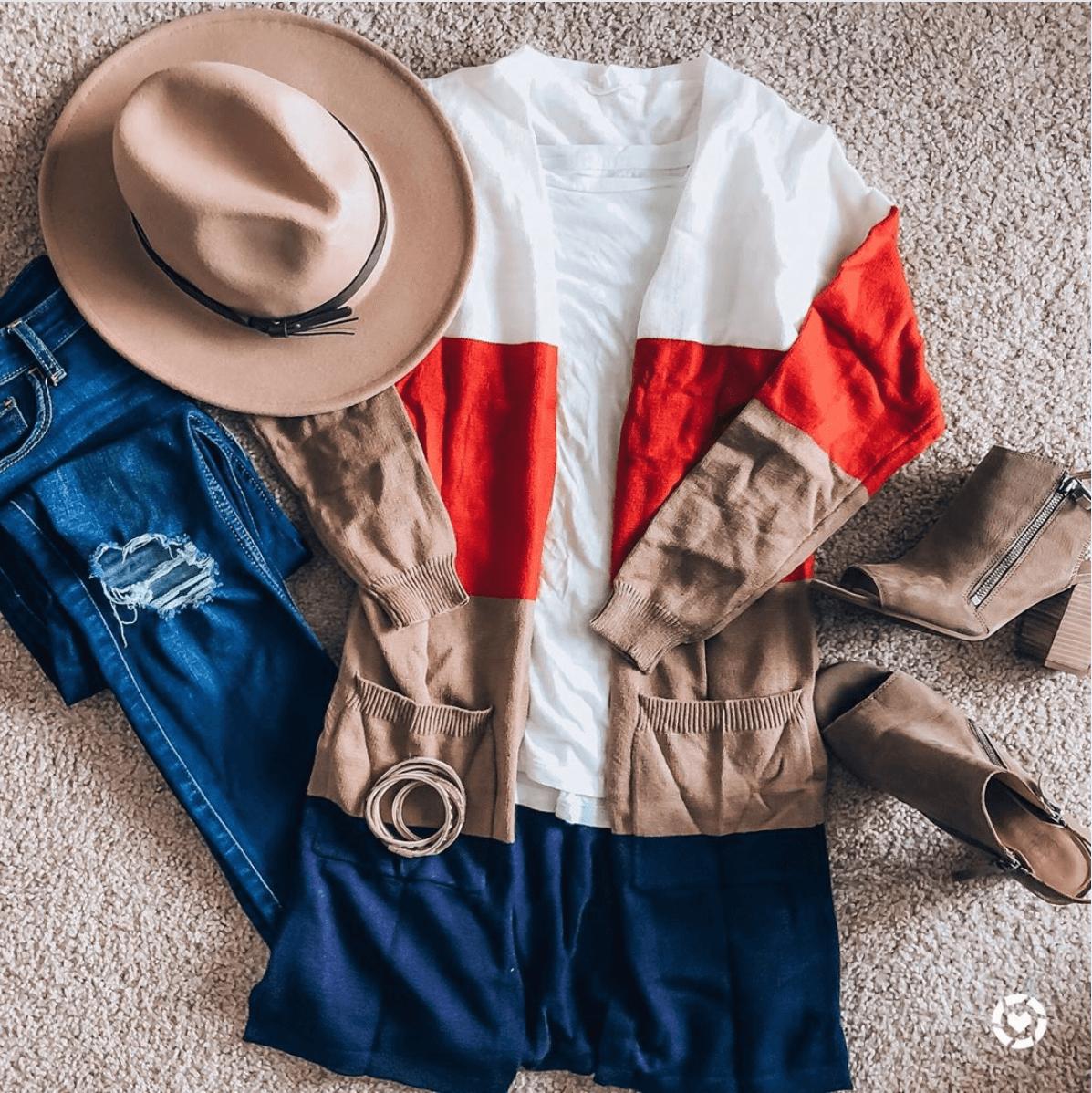 Γυναικεία μάλλινη ζακέτα σε λευκές, κόκκινες, μπεζ και μπλε αποχρώσεις με jean παντελόνι, μπεζ καπέλο και μπεζ μποτάκια με τακούνι