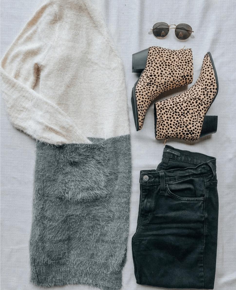 Γκρι και λευκή μάλλινη ζακέτα με μαύρο jean παντελόνι και animal print μποτάκια
