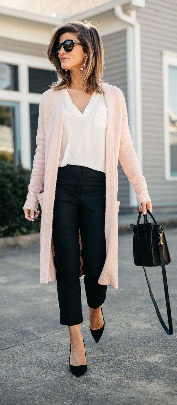 Ροζ μάλλινη ζακέτα με λευκή μπλούζα, μαύρο παντελόνι και μαύρες γόβες