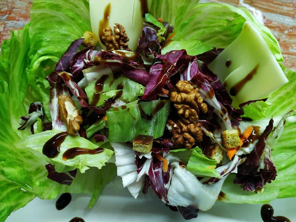 Γιορτινή σαλάτα με φύλλα iceberg, μπαλσάμικο, κίτρινο τυρί & καρύδια συνταγή