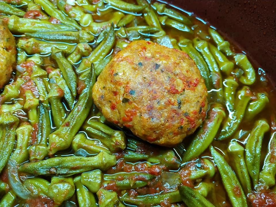 Μπιφτέκια κοτόπουλου με μπάμιες στον φούρνο _