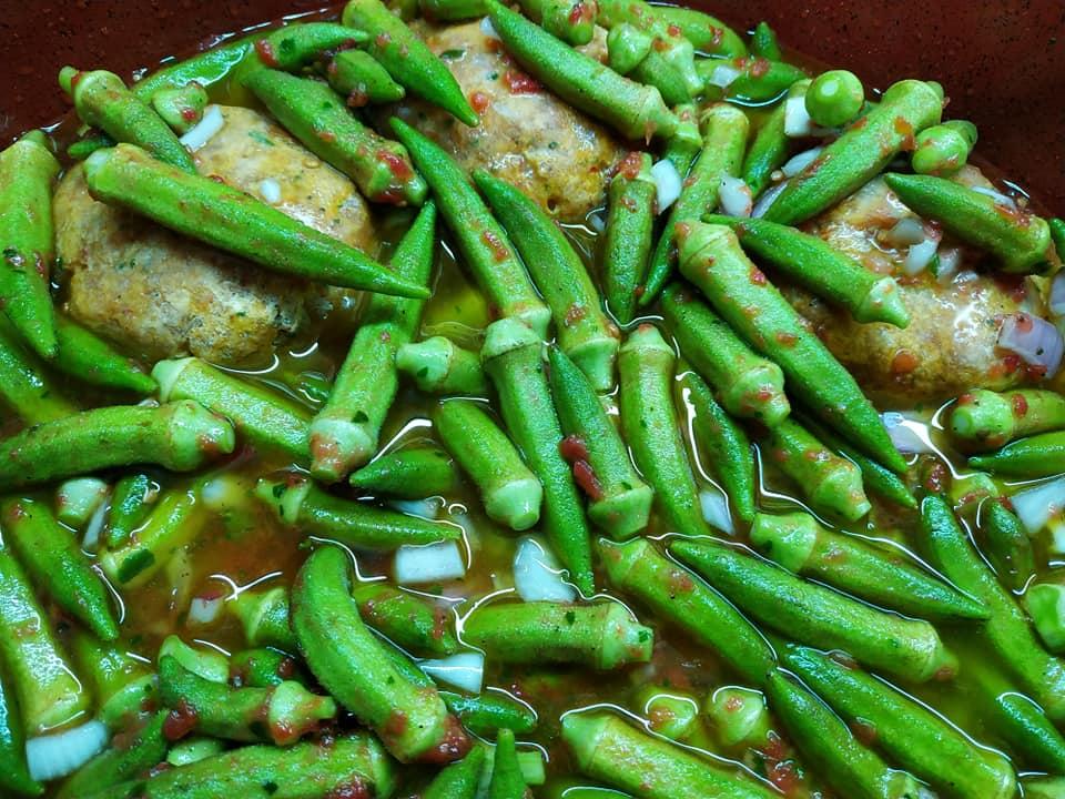 Μπιφτέκια κοτόπουλου με κοκκινιστές μπάμιες στον φούρνο συνταγή