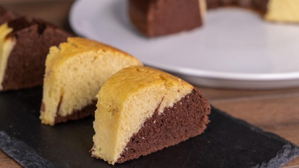Δίχρωμο κέικ με σοκολάτα – Χωρίς μίξερ & έτοιμο σε 10 λεπτά συνταγή