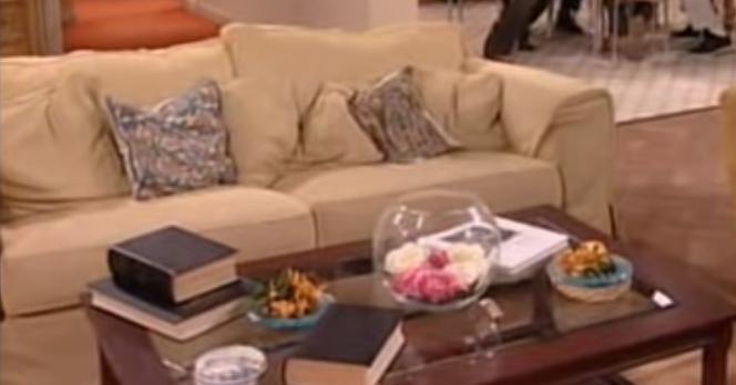 Κάτω από 3 λάθη άθλος: Αναγνωρίζεις τη σειρά απ' τον καναπέ που όλοι έχουν δει, αλλά ελάχιστοι θυμούνται;