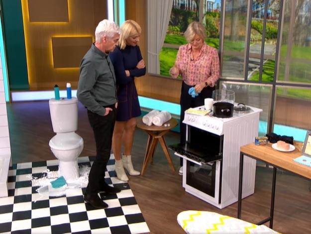 clean tip για να καθαρίσουμε την πόρτα του φούρνου με κάψουλα για το πλυντήριο πιάτων