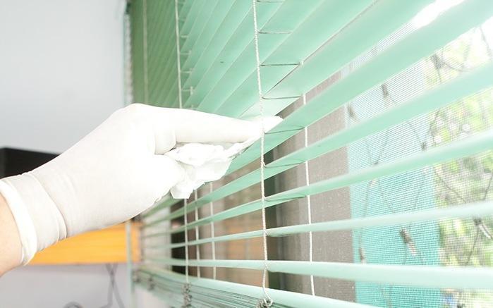 Καθαρίστε τις περσίδες από τα παράθυρα με λευκό ξύδι