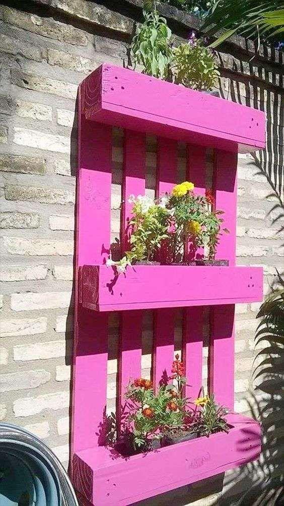 Φθηνή ιδέα διακόσμησης κήπους με παλέτα και γλάστρες