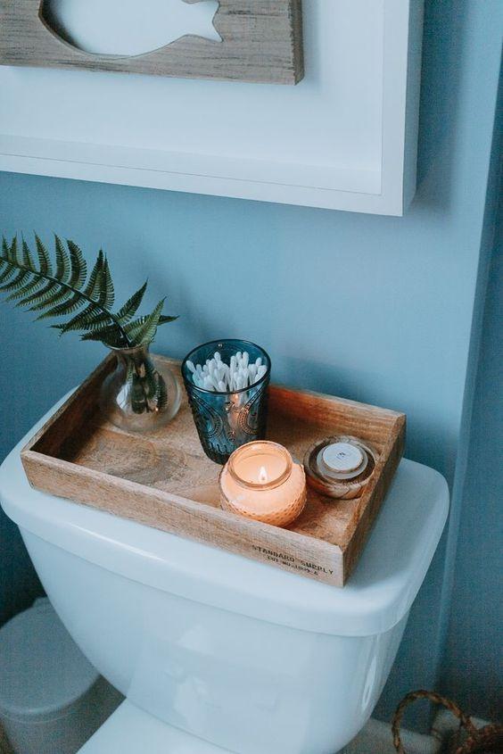 Φθηνό διακοσμητικό για το μπάνιο με ξύλινο δίσκο και κεριά