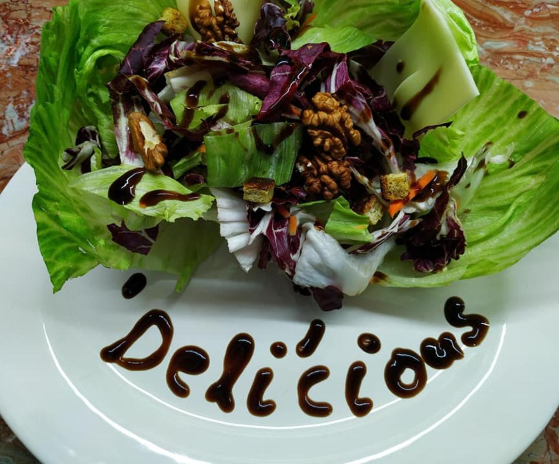 Γιορτινή σαλάτα με  iceberg και μπαλσάμικο.