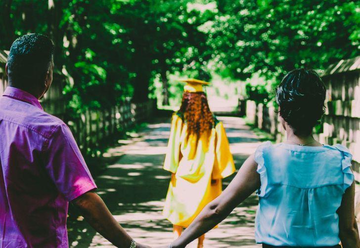 Γονείς βλέπουν την κόρη τους να αποφοιτάει από το πανεπιστήμιο