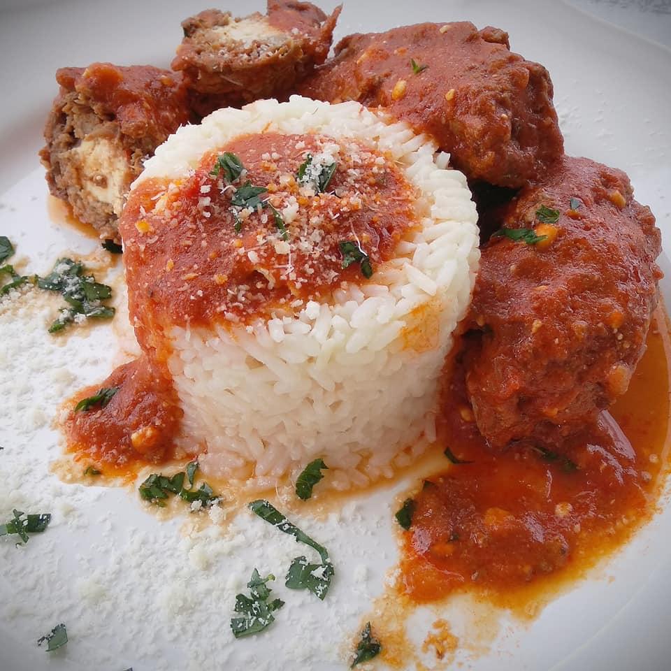 Συνταγή για φιλέτο μοσχάρι γεμιστό με υπέροχη κόκκινη σάλτσα