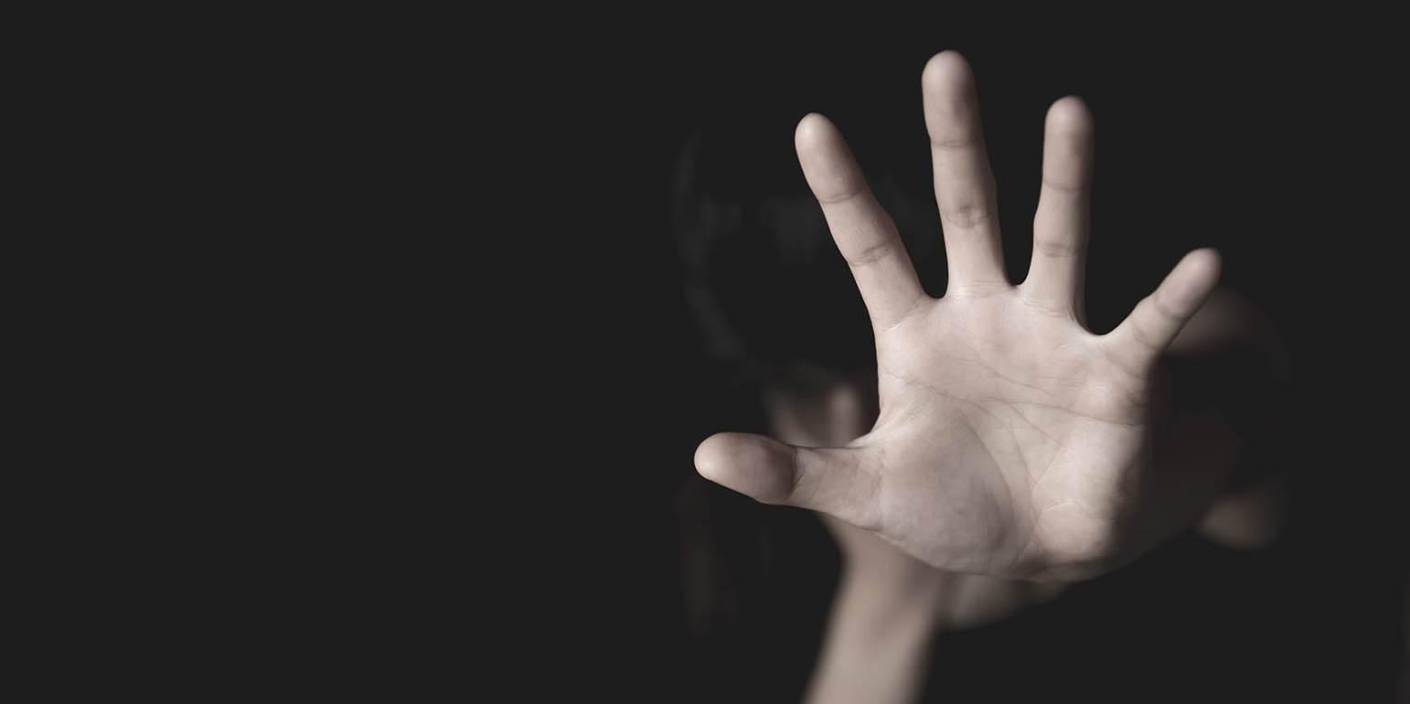 Σοκ : 47χρονος τραβούσε βίντεο έναν 18χρονο την ώρα  που βίαζε τον ανήλικο αδερφό του