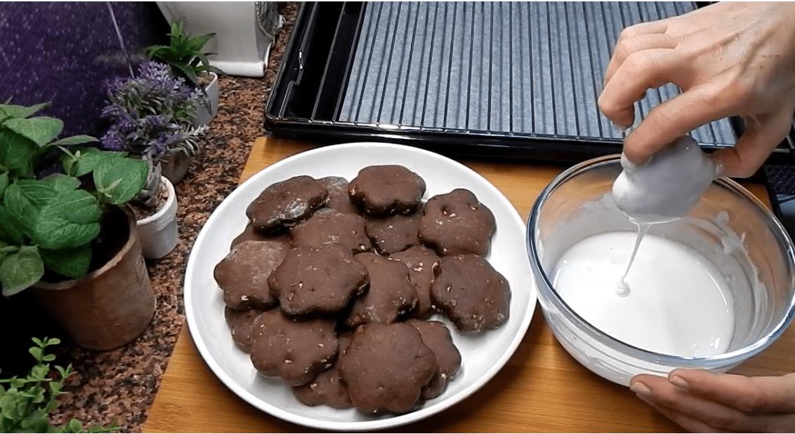 Χριστουγεννιάτικα μπισκότα σοκολάτας με γλάσο λεμονιού