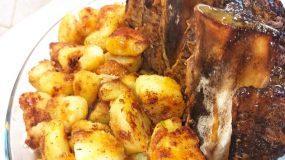 Σιδηρόδρομος στην λαδόκολλα με βουτυράτες πατάτες φούρνου