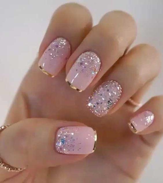 ροζ νύχια με χρυσά τελειώματα και στρας