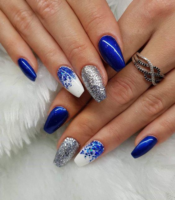 μπλε νύχια με λευκές λεπτομέρειες και ασημί στρας