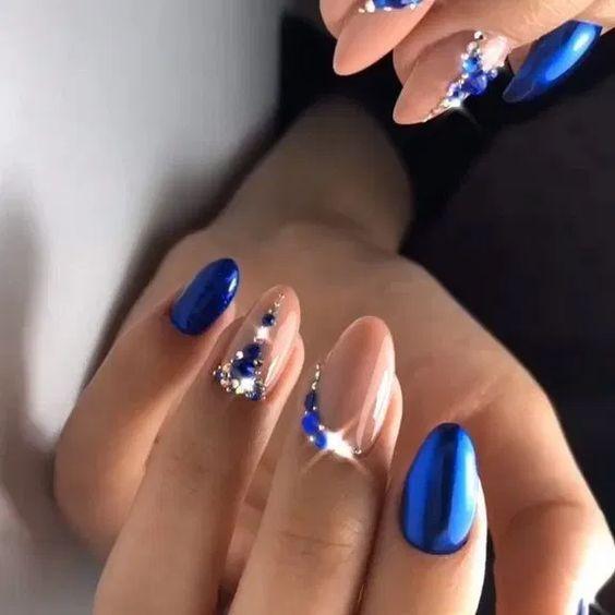 μπλε νύχια συνδυασμένα με μπεζ χρώματα και μπλε γκλίτερ