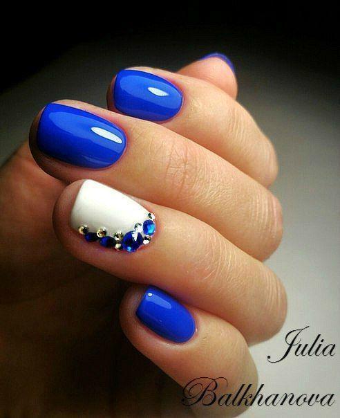 μπλε νύχια σε συνδυασμό με λευκά νύχια και μπλε γκλίτερ