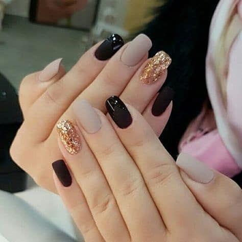 μαύρα και μπεζ νύχια με χρυσά στρας
