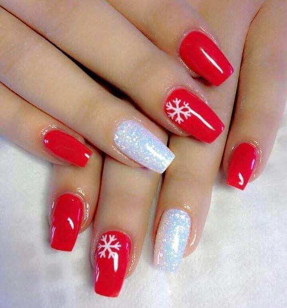κόκκινα νύχια με ζωγραφισμένες χιονονιφάδες και λευκά στρας