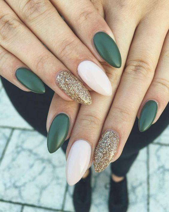 πράσινα και λευκά νύχια με χρυσά στρας