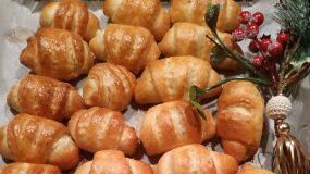 Γιορτινά κρουασανάκια με γέμιση τυριού για το χριστουγεννιάτικο μπουφέ