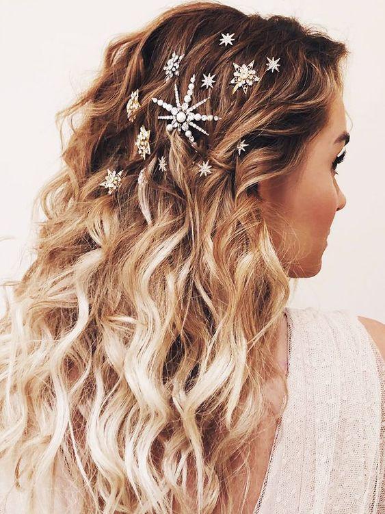 Χτένισμα για την Πρωτοχρονιά με τσιμπιδάκια σε σχήμα αστεριών στα μαλλιά