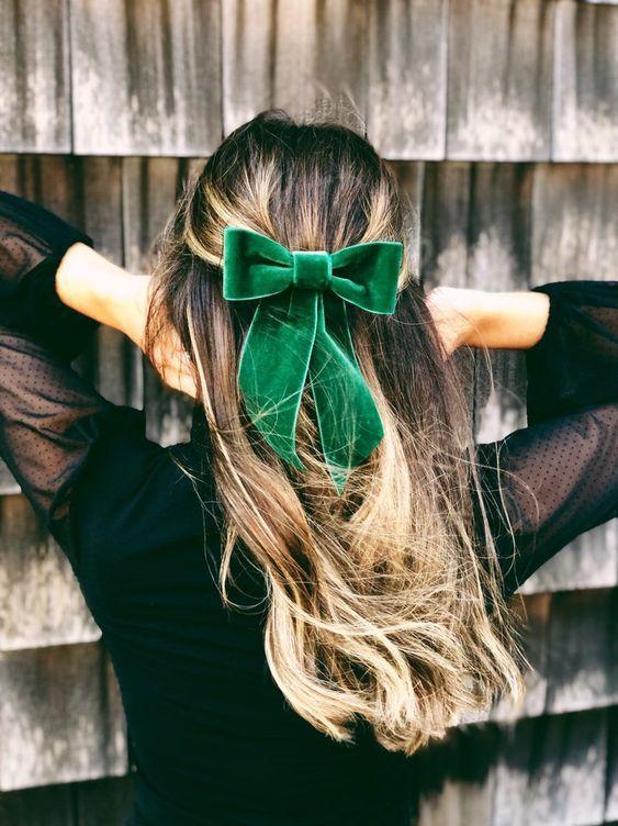 Μισά πάνω μισά κάτω μαλλιά για την Πρωτοχρονιά με υφασμάτινο πράσινο φιογκάκι