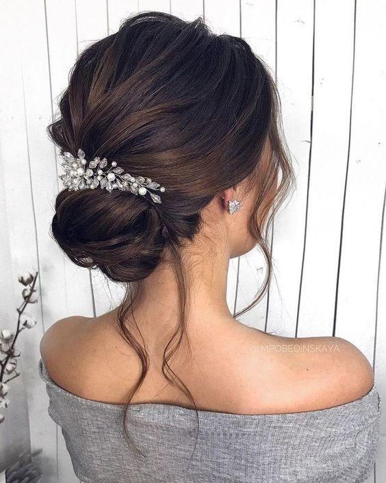 Κότσος στα μαλλιά για την Πρωτοχρονιά με κοκαλάκι με στρας και στολίδια