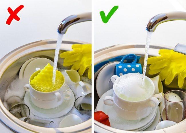 Είναι ανθυγιεινή συνήθεια να μουσκεύουμε τα πιάτα στον νεροχύτη.