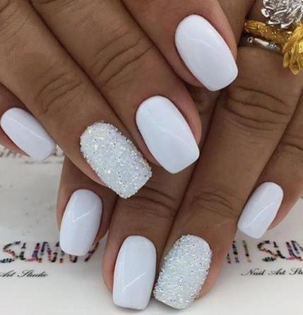 νύχια 2021: λευκά νύχια με στρας