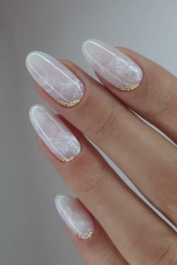 νύχια 2021: λευκό του πάγου στα νύχια με στρας
