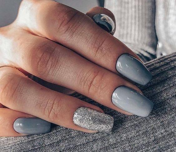 νύχια 2021: γκρι νύχια με στρας