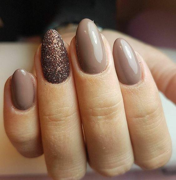 νύχια 2021: μπεζ νύχια με καφέ στρας