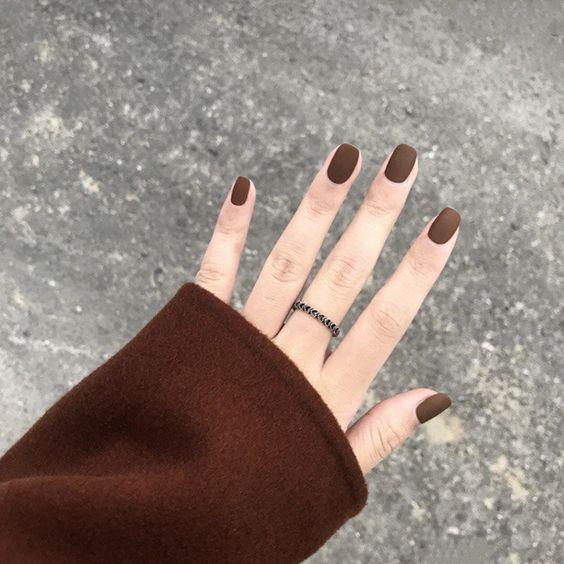 νύχια 2021: καφέ νύχια