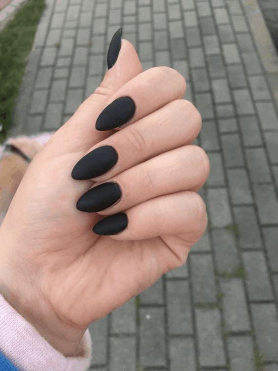 νύχια 2021: μαύρα ματ νύχια