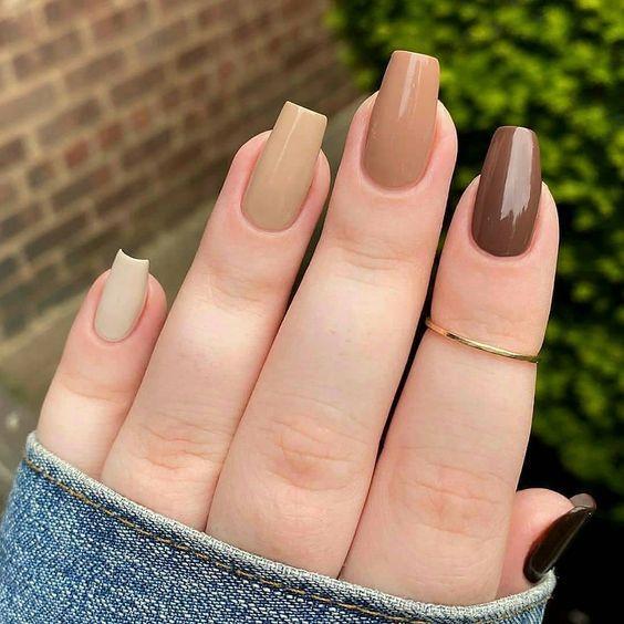 νύχια 2021: διάφορα καφέ χρώματα στα νύχια