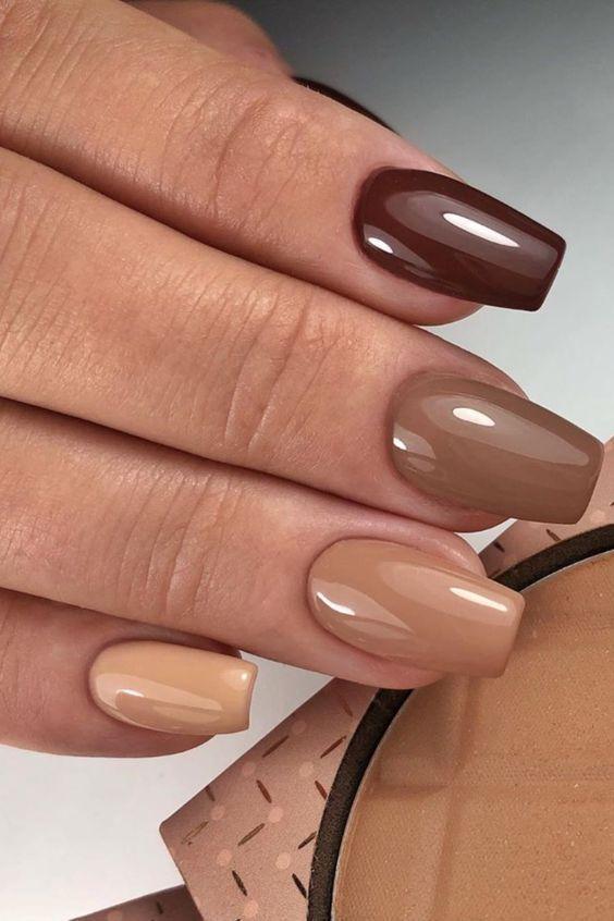 νύχια 2021: διάφορα γήινα χρώματα στα νύχια