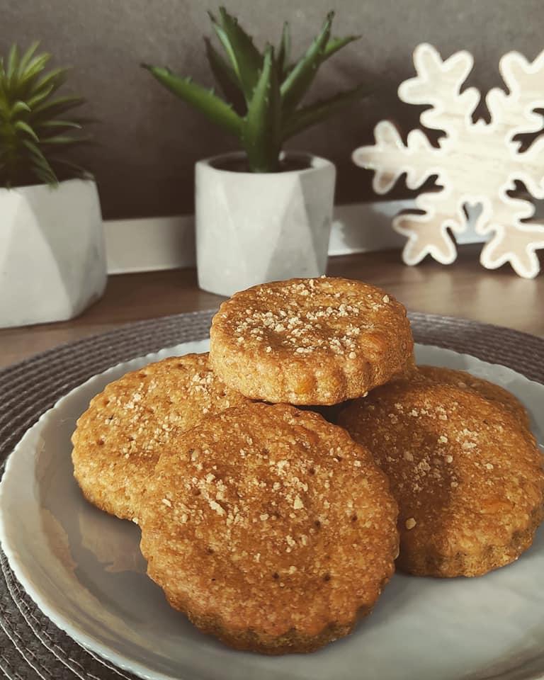 Αλμυρά μπισκότα με τσένταρ, παρμεζάνα & αλεύρι ολικής