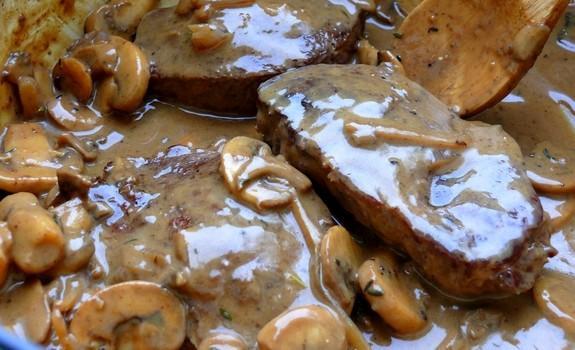 Μαριναρισμένο μοσχαράκι, με σάλτσα μανιταριών