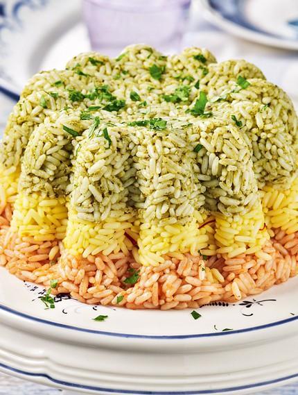 Εντυπωσιακό τρίχρωμο ρύζι σε φόρμα με σάλτσα ντομάτας και pesto!