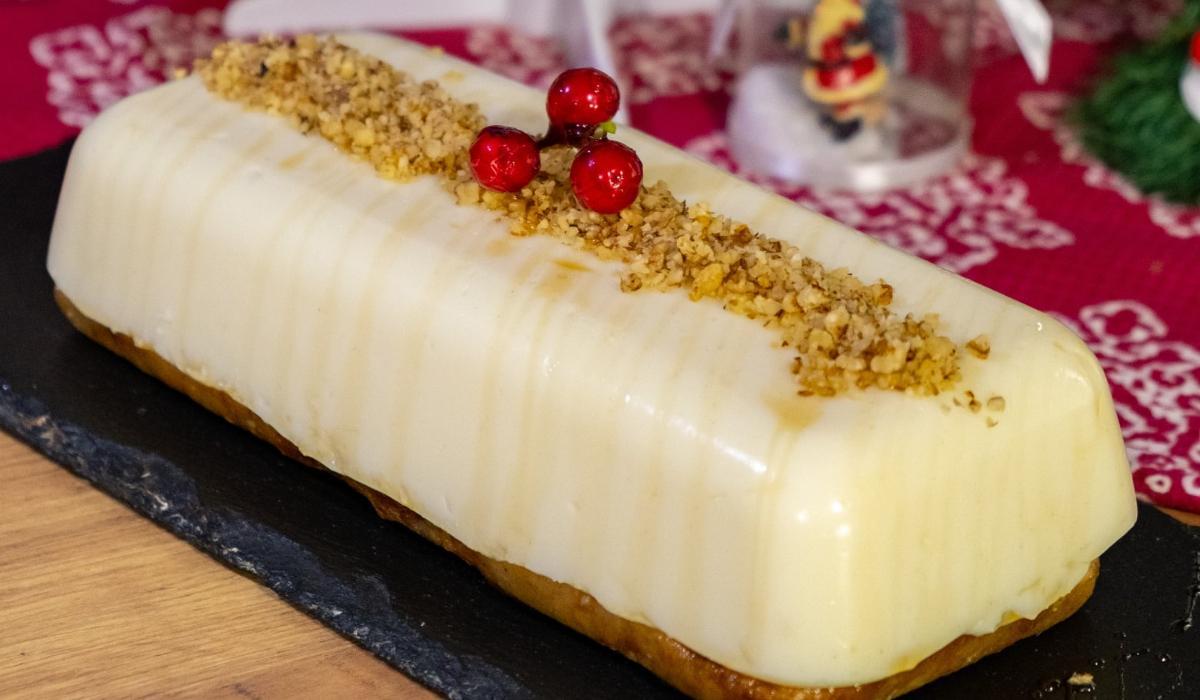 Γιορτινή πουτίγκα με σιρόπι καραμέλας και καρύδια