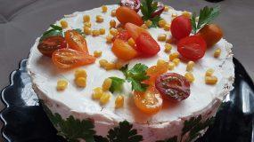 Πρωτοχρονιάτικη σαλάτα σε φόρμα του κέικ με ψωμί του τοστ, σώς μαγιονέζα & αλλαντικά
