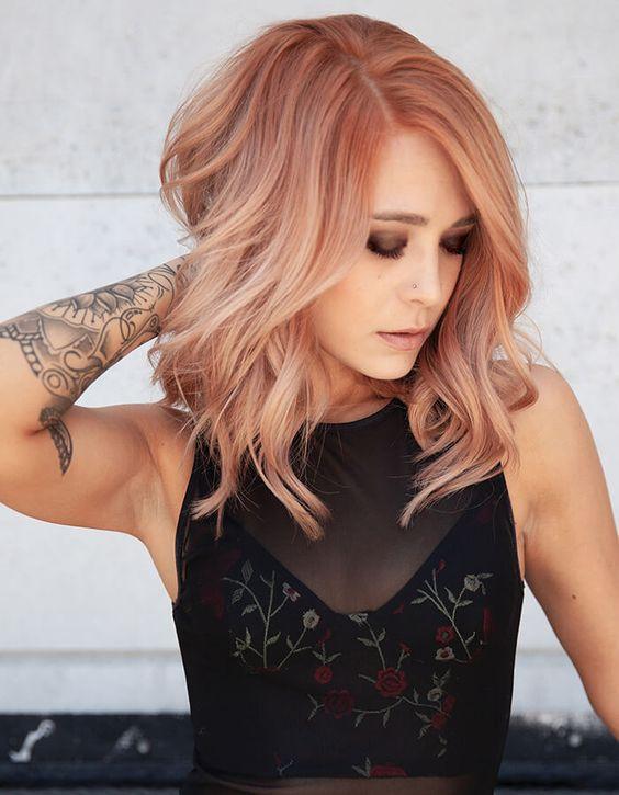 ξανθά καρέ μαλλιά με λιλά αποχρώσεις