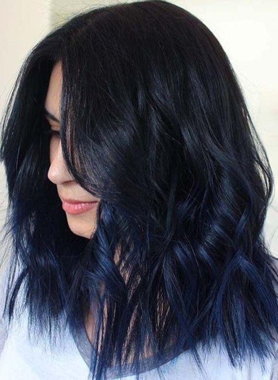 Μαύρο μπλε στα μαλλιά