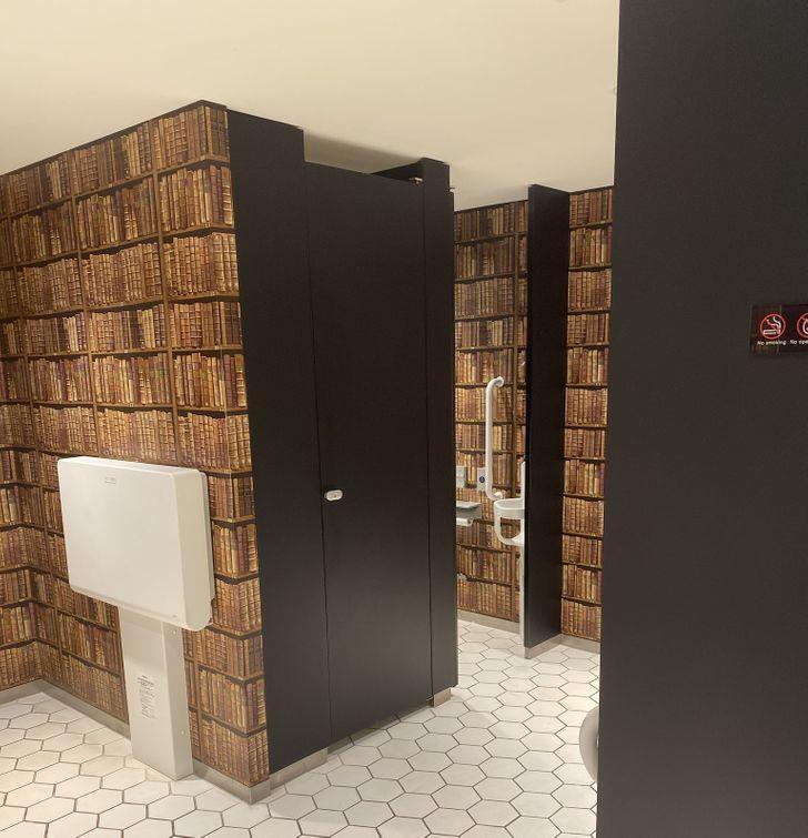 Οι τουαλέτες στην Ιαπωνία μοιάζουν με βιβλιοθήκες