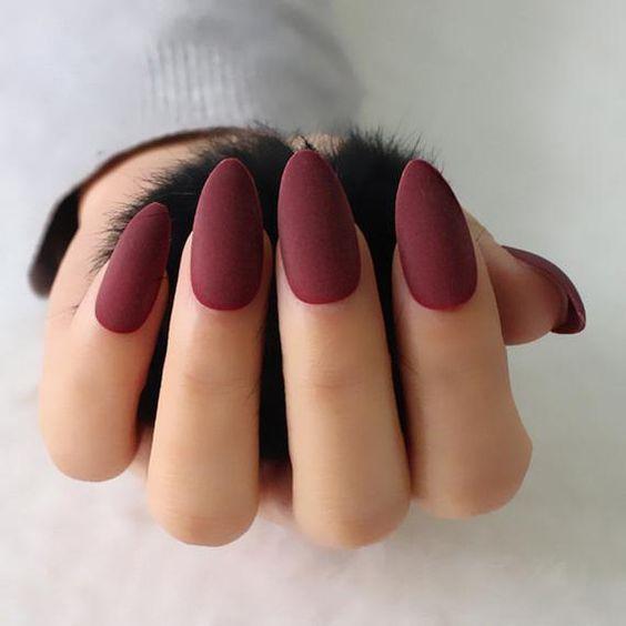 Ματ μπορντό νύχια για τον Ιανουάριο του 2021 με αμυγδαλωτό σχήμα