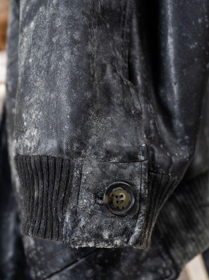 Απαγορεύεται να καθαρίζουμε με το υγρό πιάτων τα δερμάτινα ρούχα και τις δερμάτινες επιφάνειες